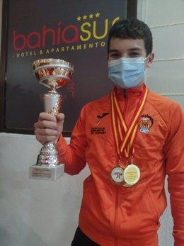 David Antonio García López muestra el trofeo ganado en el campeonato de España Sub 15 celebrado en San Fernando (Cádiz)