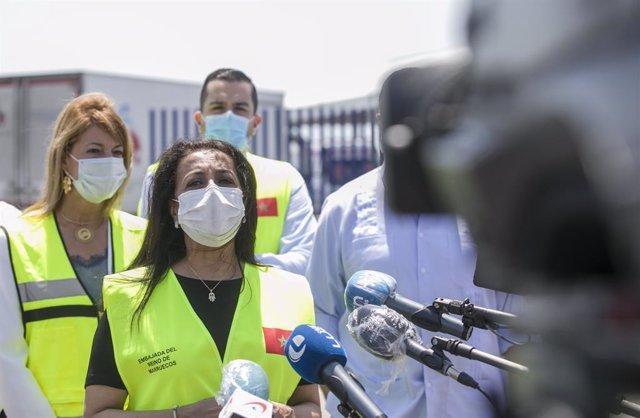 La embajadora de Marruecos en España, Karima Benyaich, atiende a los medios de comunicación antes del embarque de las 1200 temporeras marroquíes desde el Muelle Sur del Puerto de Huelva rumbo a Marruecos. En Huelva (Andalucía, España), a 18 de julio de 20