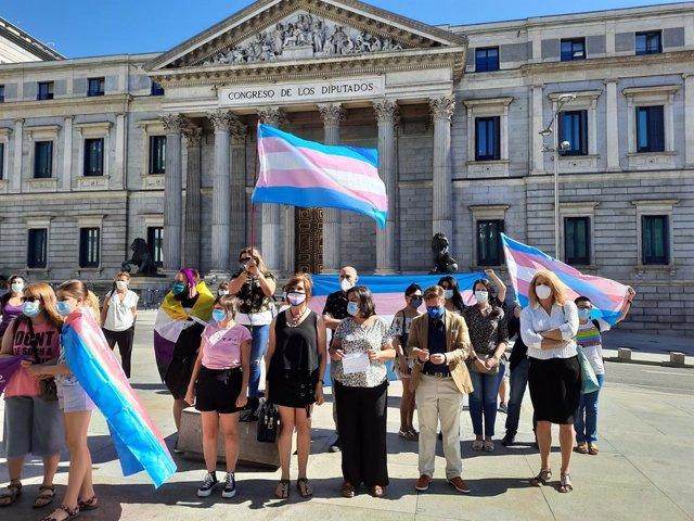 Col·lectius Trans davant del Congrés el passat 22 de juny per demanar una Llei Trans estatal.