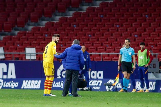 Gerard Pique of FC Barcelona injured during the spanish league, La Liga Santander, football match played between Atletico de Madrid and FC Barcelona at Wanda Metropolitano stadium on November 21, 2020, in Madrid, Spain.