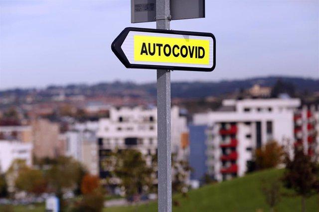 """Cartel indicativo del """"Autocovid"""" del Hospital Universitario Central de Asturias (HUCA), donde se realizan pruebas PCR para la detección del COVID-19 en el Oviedo."""