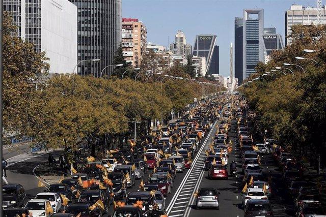 Varias personas muestran a través de sus coches banderas y globos de color naranja durante una manifestación de vehículos en apoyo a la educación concertada y contra la Ley Celaá, en Madrid (España), a 22 de noviembre de 2020. Esta marcha contra la Ley Or