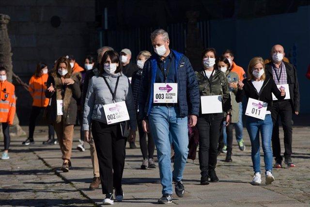 La conselleira de Emprego e Igualdade, María Jesús Lorenzana, y el vicepresidente primero de la Xunta, Alfonso Rueda, encabezan la caminata 'Camiño ao Respecto' contra la violencia machista en Santiago de Compostela.