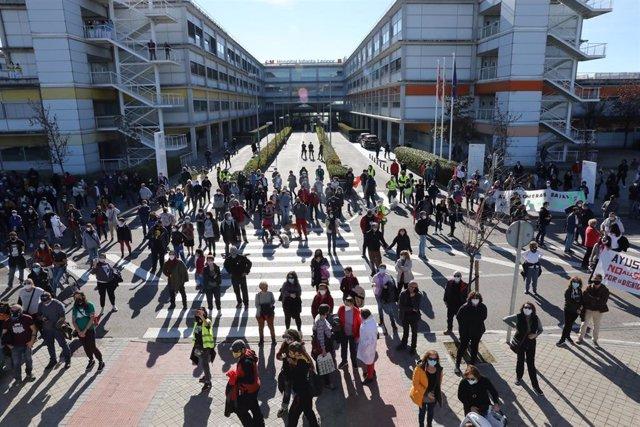 Varias personas se concentran ante el Hospital Infanta Leonor durante una manifestación en defensa de la sanidad pública en Villa de Vallecas, Madrid (España), a 22 de noviembre de 2020. Esta marcha, convocada por la plataforma Vallekas por lo Público, se