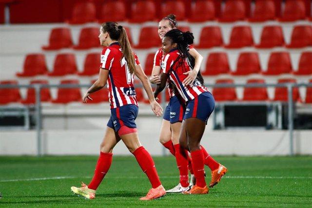 Ludmila da Silva celebrando un gol del Atlético con sus compañeros durante la Primera Iberdrola 2020-2021
