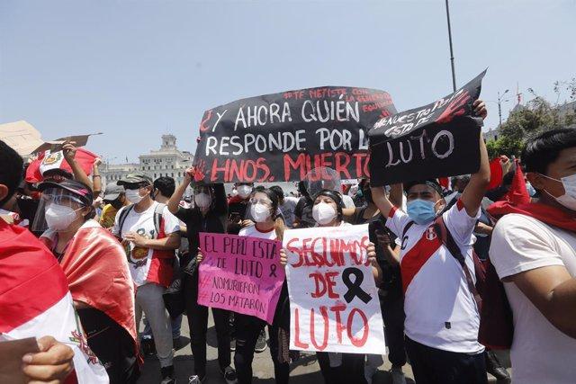 Manifestación celebrada en Lima contra los abusos policiales que se cometierondurante las recientes protestas en contra de la proclamación de Manuel Merino como presidente de Perú llevada a cabo por el Congreso.