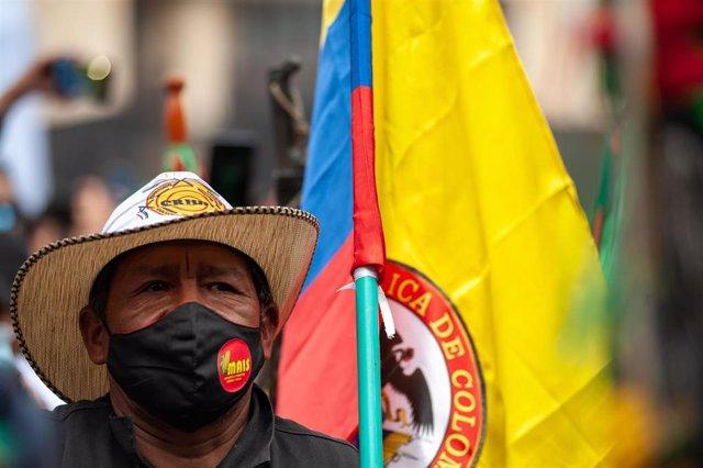 Manifestación de la comunidad indígena a su paso por Bogotá, Colombia.