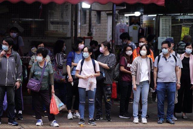 El Gobierno de Hong Kong planea retomar nuevas restricciones después de confirmarse 73 nuevos contagios este domingo, la cifra más alta de los últimos tres meses.