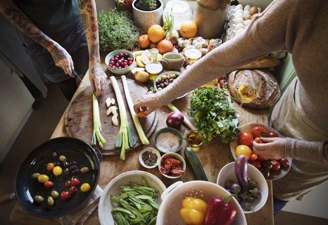 Mujeres preparando la comida. Veganas, vegetarianas.