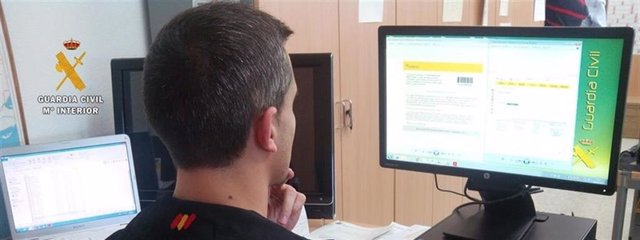 Un agente de la Guardia Civil observa una pantalla de ordenador, en una imagen de archivo