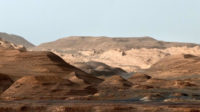 Esta imagen compuesta en falso color del Monte Sharp dentro del cráter Gale en Marte muestra a los geólogos un entorno planetario cambiante.
