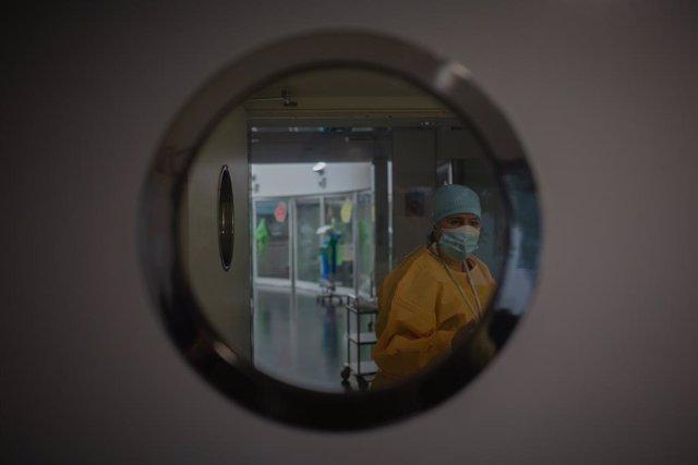 Un treballador sanitari protegit en l'Unitat de Vigilància intensiva ?UCI- de l'Hospital del Mar, a Barcelona, Catalunya (Espanya), a 19 de novembre de 2020.
