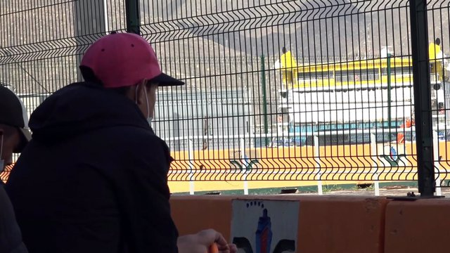 Un immigrant embarca a Santa Cruz de Tenerife.