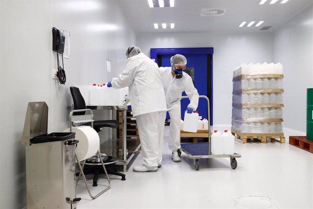 Varios trabajadores durante su jornada laboral en la Nave de Producción de medicamentos del Laboratorio del Centro Militar de Farmacia de la Defensa en la base logística de San Pedro