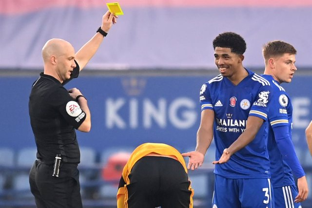 08 November 2020, England, Leicester: Match referee Anthony Taylor shows a yellow card to Leicester City's Wesley Fofana during the English Premier League soccer match between Leicester City and Wolverhampton Wanderers at the King Power Stadium. Photo: Mi