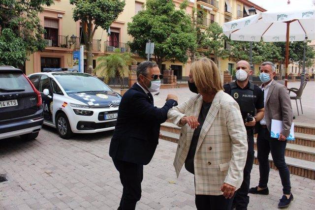 El consejero de  Hacienda, Juan Bravo, saluda a la alcaldesa de Motril, Luisa García Chamorro, en imagen de archivo