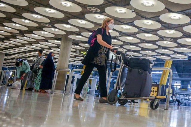 Una pasajera camina por las instalaciones de la T4 del Aeropuerto Adolfo Suárez Madrid-Barajas, en Madrid, (España), a 12 de noviembre de 2020.