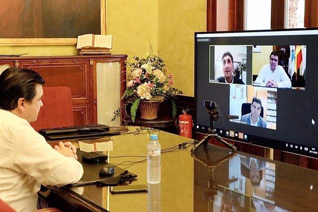 Reunión del alcalde de Huelva, Gabriel Cruz, con los dirigentes onubenses de UGT y CCOO.