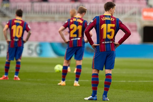24 October 2020, Spain, Barcelona: (L-R) Barcelona's Lionel Messi, Frenkie de Jong, and Clement Lenglet appear dejected after the final whistle of the Spanish Primera Division soccer match between FC Barcelona and Real Madrid CF at Camp Nou. Photo: David