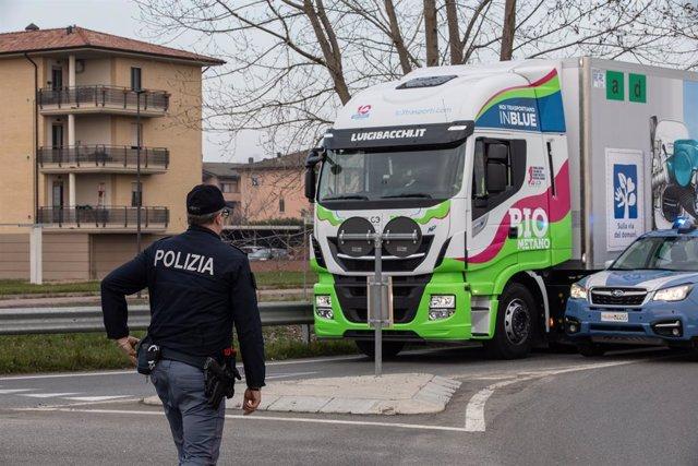 Un policía vigila el tráfico en Italia
