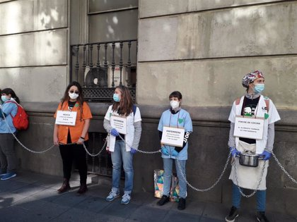 El colectivo Sanitarios Necesarios se encadena ante RRHH de la Consejería de Sanidad contra la precariedad laboral