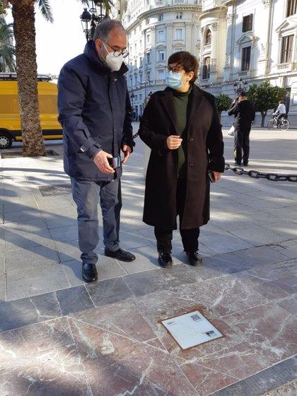 Una ruta de baldosas recorrerá València siguiendo la estela de los poemas de Vicent Andrés Estellés