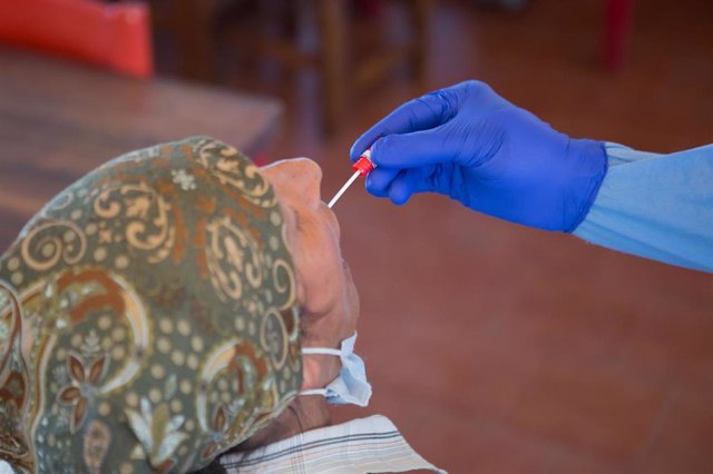 Prueba PCR realizada a una trabajadora desplazada a Navarra para la recogida de fruta en Tudela.