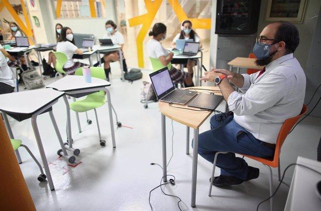 El profesor de Matemáticas de 4º de la ESO, Alejandro Díaz, durante una clase impartida en el colegio SEK Ciudalcampo, en San Sebastián de los Reyes, Madrid (España), a 18 de septiembre de 2020.