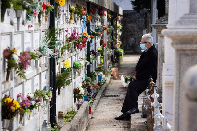 Un hombre con mascarilla en un cementerio de Oporto