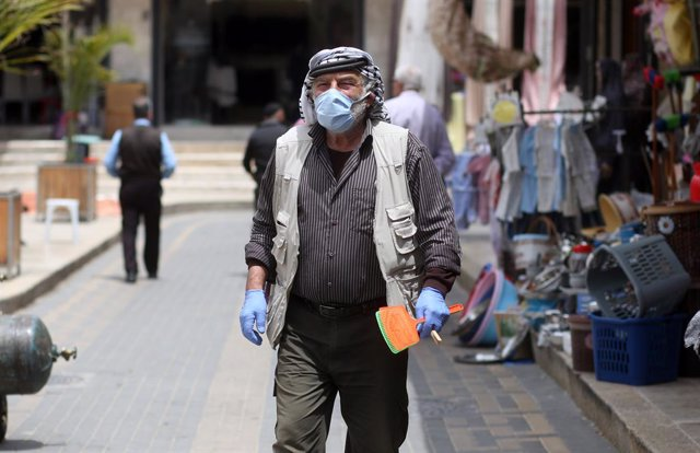 Un palestino con mascarilla en la ciudad cisjordana de Nablús durante la pandemia de coronavirus