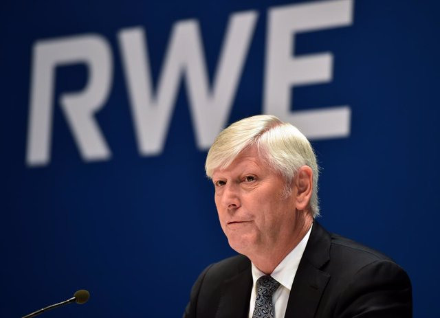 14 March 2019, Essen: Rolf Martin Schmitz (L), CEO of the German utilities company RWE AG, presents the company's balance sheet during the annual press conference. Photo: Caroline Seidel/dpa