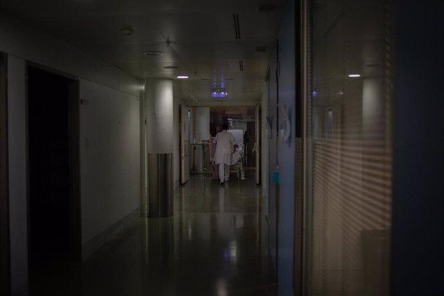 Profesional sanitario traslada una cama móvil en la Unidad de Cuidados Intensivos –UCI- del Hospital de la Santa Creu i Sant Pau, integrado en la Red Hospitalaria de Utilización Pública de Catalunya, en Barcelona, Catalunya (España), a 6 de noviembre.