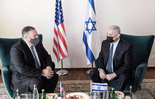 HANDOUT - 19 November 2020, Israel, Jerusalem: Israeli Prime Minister Benjamin Netanyahu (R) speaks with USSecretary of State Mike Pompeo during their meeting at the King David Hotel. Photo: Amos Ben Gershom/GPO/dpa - ATTENTION: editorial use only and on