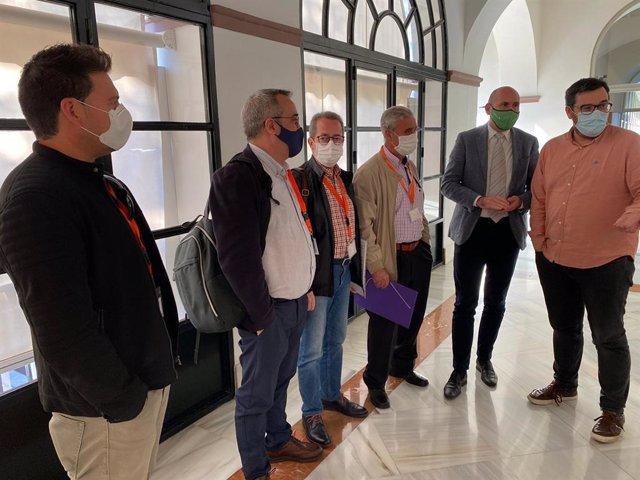 Miembros de la Coordinadora Andaluza por la Memoria Histórica y Democrática antes de participar en la Comisión de Hacienda en el Parlamento de Andalucía