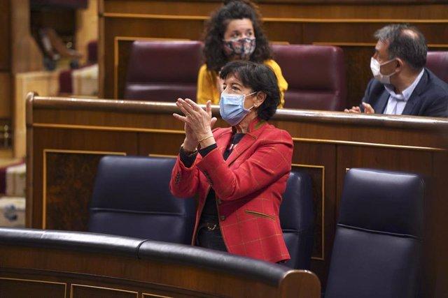 La ministra de Educación y Formación Profesional, Isabel Celaá, aplaude durante una sesión plenaria en el Congreso de los Diputados.