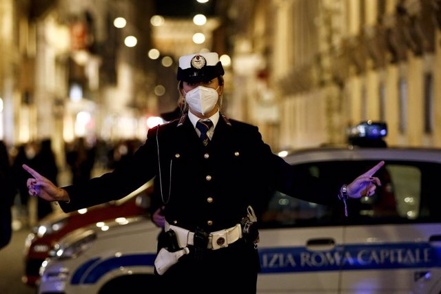 14 November 2020, Italy, Rome: A police officer closes via del Corso area to regulate the social distancing of people out for a walk during the curfew which was imposed by the government to combat the coronavirus (Covid-19) pandemic. Photo: Cecilia Fabian