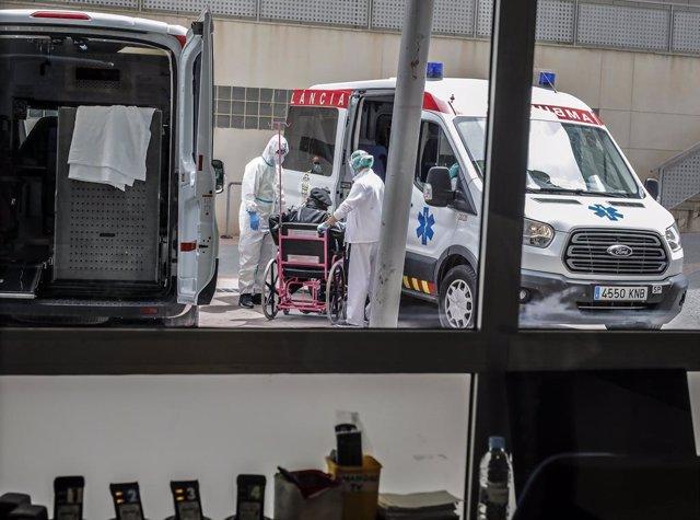 Personal sanitari protegit totalment rep a un pacient amb coronavirus per a ser atès en l'Hospital Arnau de Vilanova, a València, Comunitat Valenciana, (Espanya), a 24 d'abril de 2020.