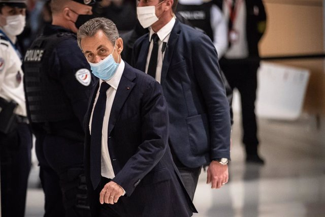 L'expresident de França Nicolas Sarkozy es presenta al tribunal en l'inici del judici.