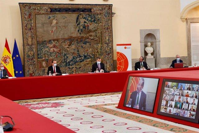(2D-I) Pedro Duque, ministro de Ciencia e Innovación, don Felipe y Emilio Lamo de Espinosa, presidente del Real Instituto Elcano, durante la reunión del Consejo Científico del Real Instituto Elcano de Estudios Internacionales y Estratégicos en el Palacio