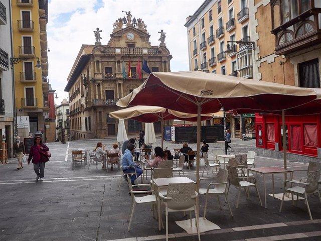Las terrazas de la Plaza Consistorial de Pamplona se preparan para la entrada en la fase 3 de la desescalada en Pamplona, Navarra, España, a 6 de junio de 2020.