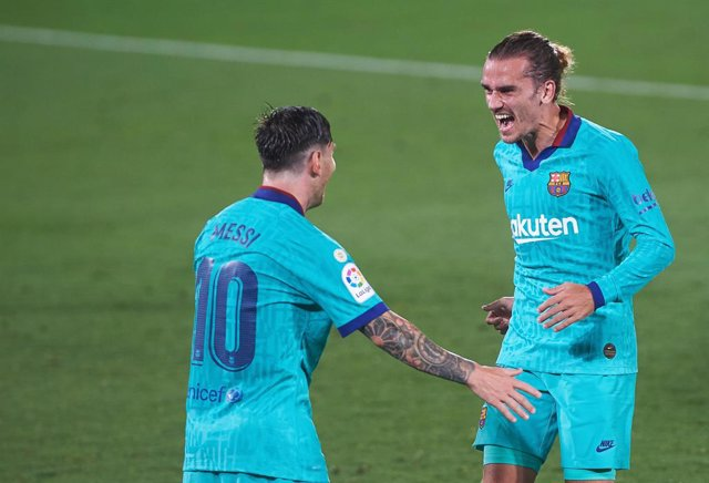 Antoine Griezmann of FC Barcelona celebrates a goal with Leo Messi during the La Liga Santander match between Villarreal and FC Barcelona at La Ceramica Stadium, on July 5, 2020 in Vila-real, Spain