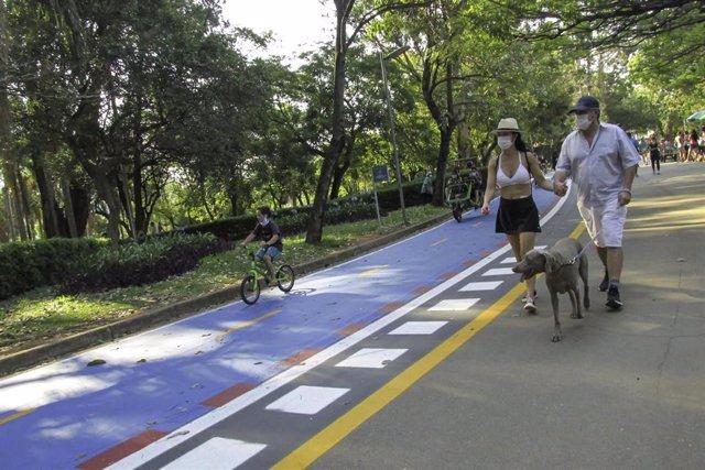 Un grupo de personas camina por el parque de Ibirapuera, en Sao Paulo.