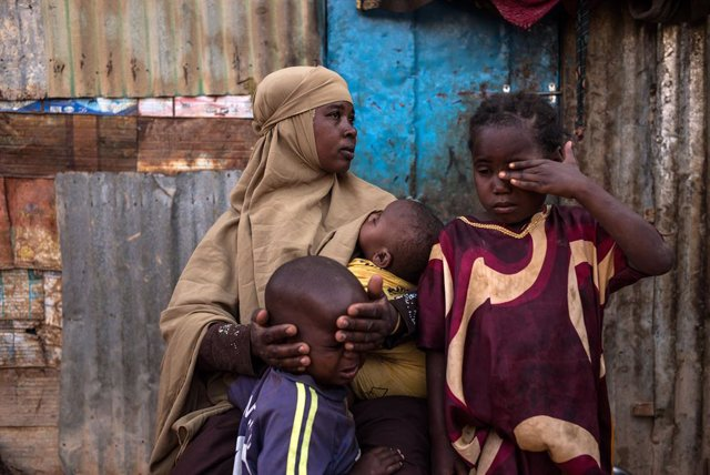Un grupo de personas en un campamento de desplazados en Somalia