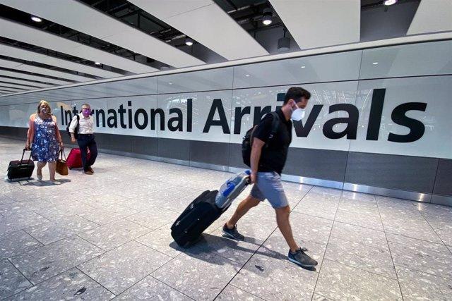 Viajeros en un aeropuerto de Reino Unido.