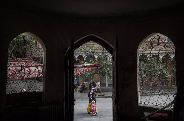 Una mujer uigur pasea en Kashgar, ¡Xinjiang