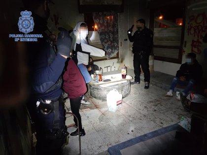 La Policía Nacional disuelve una fiesta ilegal en una bodega en ruinas en Logroño con siete jóvenes, una menor de edad
