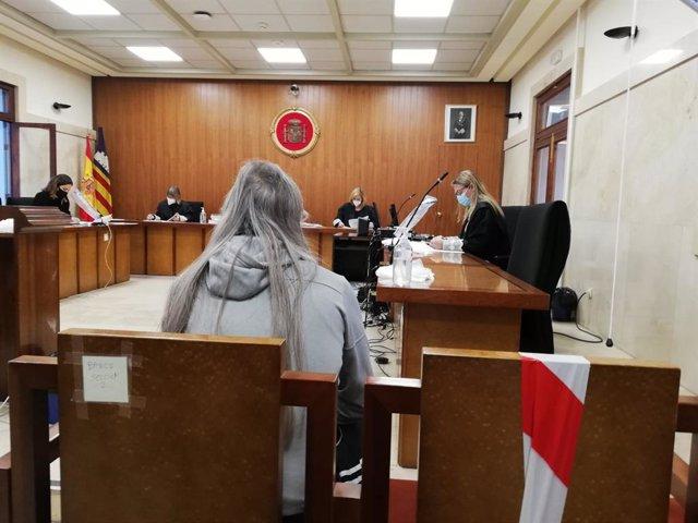 El hombre condenado por intentar matar a su compañero de piso con unas tijeras en la Soledad (Palma), sentado en el banquillo de los acusados en la Audiencia Provincial, momentos antes de empezar el juicio.