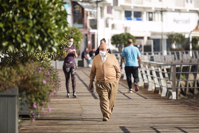 Transeúntes caminan por Sanxenxo, Pontevedra, Galicia (España), a 19 de noviembre de 20202. El comité clínico ha decidido que Sanxenxo (Pontevedra) se sume al grupo de los otros 67 ayuntamientos gallegos sobre los que pesan las mayores restricciones para