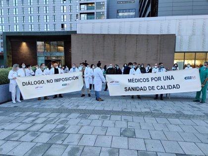 Médicos cántabros se concentran ante los centros para pedir la retirada del decreto sobre contratación