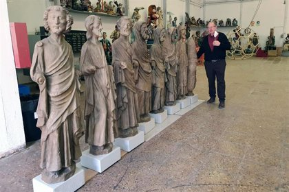 Una parroquia expone figuras en cartón piedra de los apóstoles de la Catedral de València usadas para decorados de cine